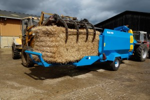 The extending door of the 850 allows easy loading and increases capacity, for 2 x large square bales or 4 x round bales.