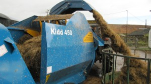 Round or square bales are distributed with an even flow of material.