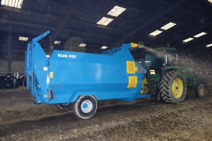 The 850 with large capacity will handle baled straw, baled or loose silage.